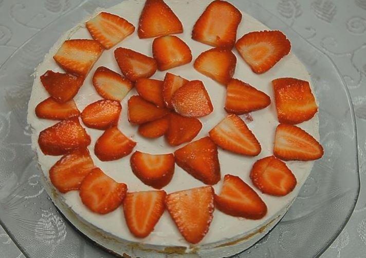 Çilekli Donmuş Yaş Pasta Tarifi